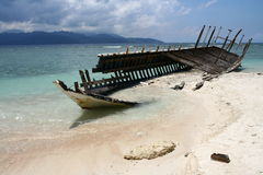 Épave sur la plage de l'île de Gili Images stock