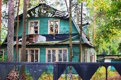 A détruit la maison en bois Photos stock