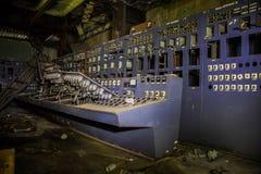 Détruit par guerre et panneau de commande abandonné sur la centrale abandonnée Photographie stock
