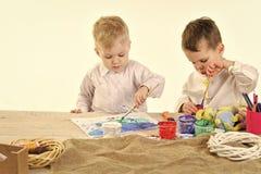 Développement de l'enfant Oeuf de pâques, enfants dans des oreilles de lapin, frères avec des oeufs Image stock