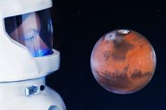Développement de Mars, concept Astronaute, regardant la planète Mars Éléments de cette image meublés par la NASA Image stock