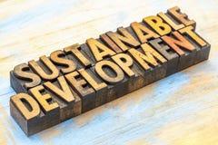 Développement durable - abrégé sur mot dans le type en bois photos stock
