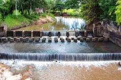Déversoir ou barrage pour ralentir l'écoulement de l'eau en rivière images stock
