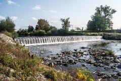 Déversoir sur la rivière d'Olse dans la ville de Karvina dans la République Tchèque images stock