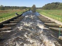 Déversoir sur la rivière de Wieprza en Pologne Image libre de droits