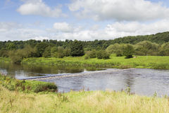 Déversoir sur la rivière Ribble près de Preston photos stock