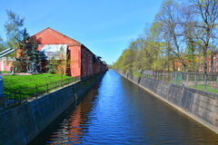 Déviez le canal dans Kronstadt, St Petersburg, Russie Image libre de droits