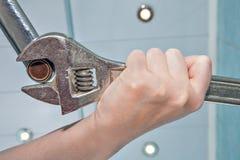 Dévissez le vieil aérateur défectueux et obstrué de robinet, fin de plombier de mains Photos stock