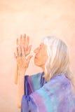 Dévotion aînée de femme Image libre de droits