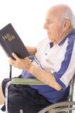 Dévotion quotidienne de vieil homme d'handicap photos libres de droits