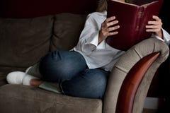 Dévotions de matin sur le divan Photos stock