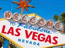 Dê boas-vindas a Las Vegas Nevada ao sinal em uma tarde ensolarada Fotografia de Stock Royalty Free