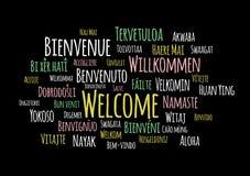Dê boas-vindas no vetor diferente do wordcloud das línguas no fundo preto ilustração stock