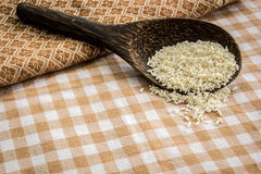 Dê o arroz na tabela coberta com o algodão Imagens de Stock
