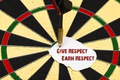 Dê o respeito ganham o respeito Dardos com dardo que foi fixado um sh Fotografia de Stock Royalty Free