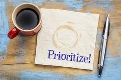 Dê a prioridade ao conselho - lembrete ou ao conselho em um guardanapo imagem de stock royalty free