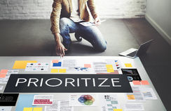 Dê a prioridade sublinham o conceito importante da tarefa da eficiência fotos de stock