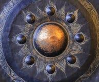 Dê sinal de gongo, um metal circular placa-como o instrumento musical Imagem de Stock