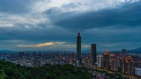 Día al lapso de la noche de la ciudad en Taipei, Taiwán almacen de video