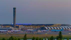 Día al lapso de la noche del aeropuerto de Suvarnabhumi, el aeropuerto es uno de servicio de dos aeropuertos internacionales de T almacen de metraje de vídeo