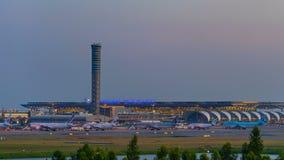 Día al lapso de la noche del aeropuerto de Suvarnabhumi, el aeropuerto es uno de servicio de dos aeropuertos internacionales de T metrajes