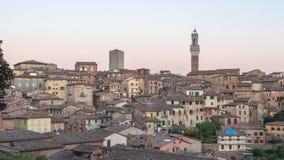 Día al paisaje urbano del lapso de la noche de Siena, Italia metrajes
