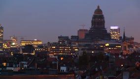 Día al time lapse de Bruselas de la noche, exposición larga del horizonte de la ciudad almacen de video