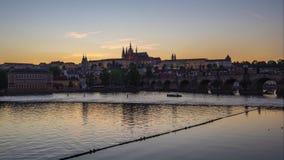 Día al vídeo del lapso de la noche del horizonte de la ciudad de Praga con el río de Moldava en Checo, timelapse 4K de la repúbli almacen de metraje de vídeo