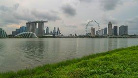 Día al vídeo del lapso de la noche de la opinión del horizonte de la ciudad de Singapur de Marina Barrage en la ciudad de Singapu almacen de metraje de vídeo