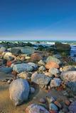 Día asoleado brillante, el mar, el sol, arena, una playa. Fotos de archivo