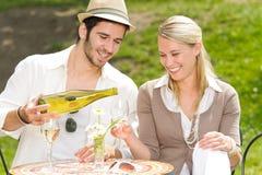 Día asoleado de los pares elegantes de la terraza del restaurante Fotos de archivo