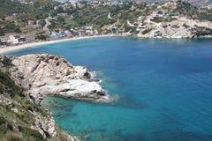 Día asoleado en una bahía de Crete imagenes de archivo