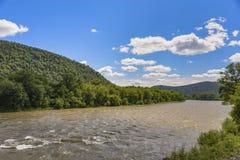 Día brillante en el río de la montaña imagen de archivo libre de regalías