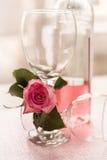 Día brillante rosado de Rose Bottle Half Full Red de dos copas de vino vacías fotos de archivo