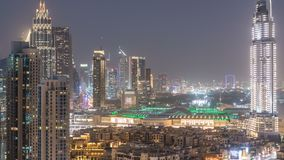 Día céntrico de Dobai al timelapse de la noche Visión aérea sobre ciudad futurista grande por noche almacen de video