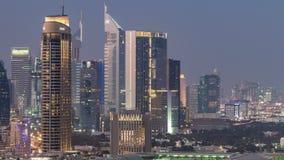 Día céntrico de Dubai al timelapse de la noche Visión aérea sobre ciudad futurista grande por noche almacen de metraje de vídeo