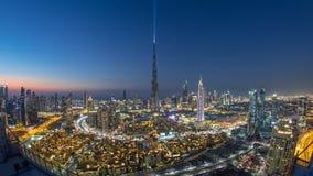 Día céntrico de Dubai a la opinión del timelapse de la noche del top en Dubai, United Arab Emirates almacen de video