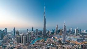 Día céntrico de Dubai a la opinión del timelapse de la noche del top en Dubai, United Arab Emirates almacen de metraje de vídeo