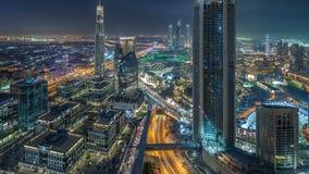Día céntrico de Dubai a la opinión panorámica de las torres modernas del timelapse de la noche del top en Dubai, United Arab Emir almacen de video
