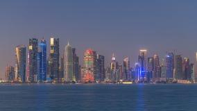 Día céntrico del horizonte de Doha al timelapse de la noche, Qatar, Oriente Medio almacen de metraje de vídeo