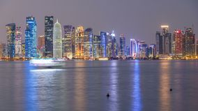 Día céntrico del horizonte de Doha al timelapse de la noche, Qatar, Oriente Medio almacen de video