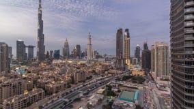 Día céntrico del horizonte de Dubai al timelapse de la noche con Burj el Khalifa y la otra opinión paniramic de las torres del to almacen de metraje de vídeo