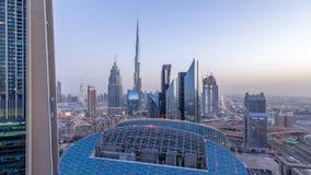 Día céntrico del horizonte de Dubai al timelapse de la noche con el edificio más alto y el tráfico por carretera de Sheikh Zayed, almacen de video