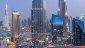 Día céntrico del horizonte de Dubai al timelapse de la noche con el edificio más alto y el tráfico por carretera de Sheikh Zayed, almacen de metraje de vídeo