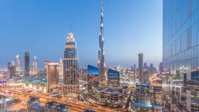 Día céntrico del horizonte de Dubai al timelapse de la noche con el edificio más alto y el tráfico por carretera de Sheikh Zayed, metrajes