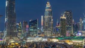 Día céntrico del horizonte de Dubai al timelapse de la noche con la opinión paniramic de las torres del top en Dubai metrajes