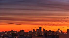 D?a c?ntrico del lapso de tiempo de la puesta del sol de la ciudad a la noche Timelapse del horizonte de la ciudad en la oscurida almacen de video