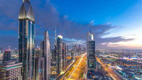 Día céntrico escénico de la arquitectura de Dubai al timelapse de la noche Visión superior sobre el camino de Sheikh Zayed con lo almacen de metraje de vídeo
