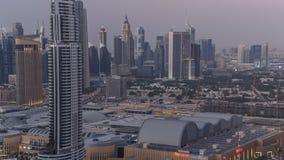 Día céntrico escénico del horizonte de Dubai al timelapse de la noche Opinión del tejado del camino de Sheikh Zayed con las torre almacen de metraje de vídeo