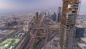 Día céntrico escénico del horizonte de Dubai al timelapse de la noche Opinión del tejado del camino de Sheikh Zayed con las torre almacen de video